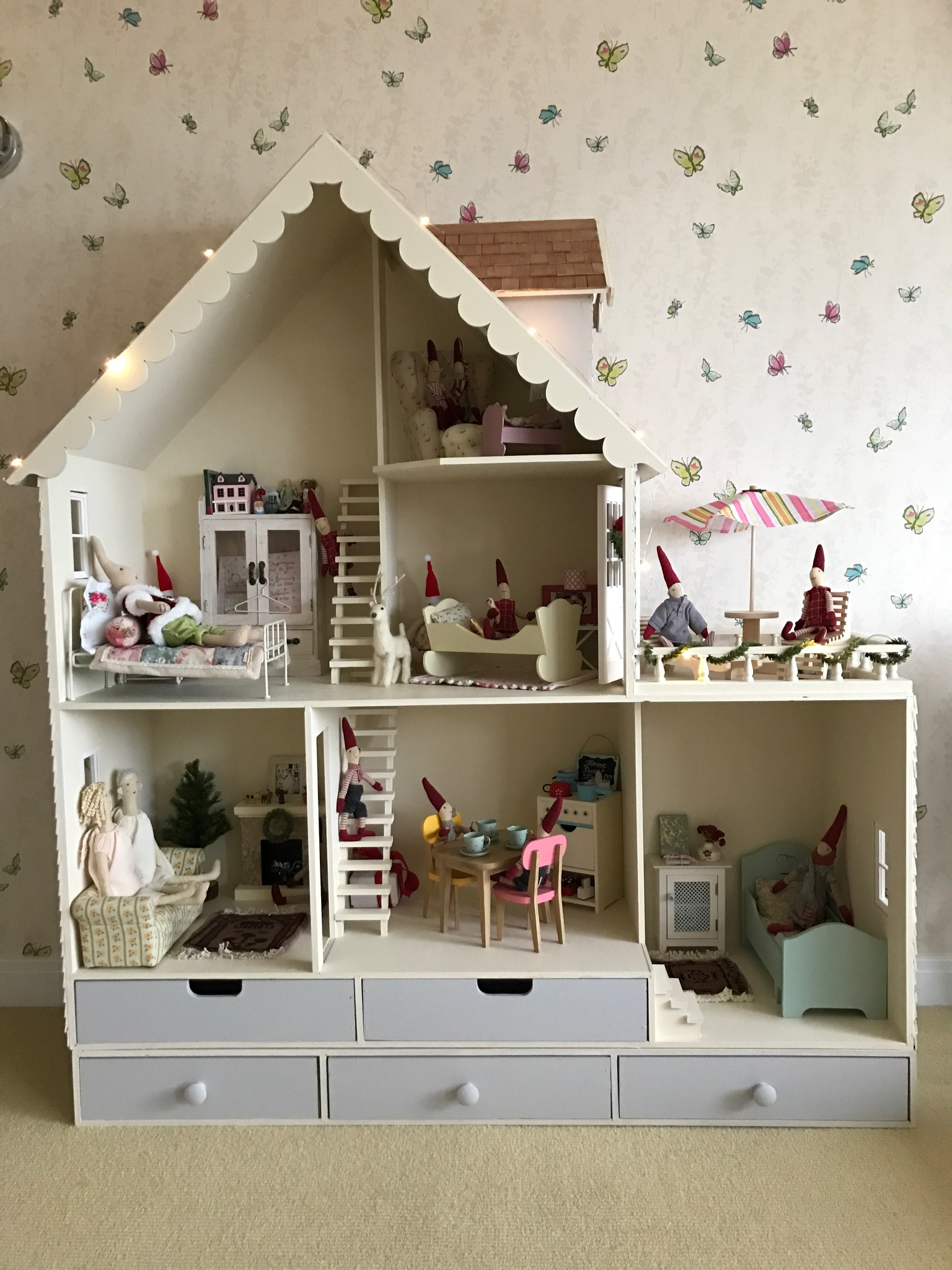 Chicagoean decorates martin dollhouse country dollhouse for Dollhouse mural